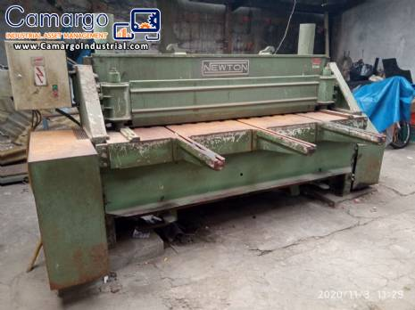 Industrial guillotine for cutting metal sheets