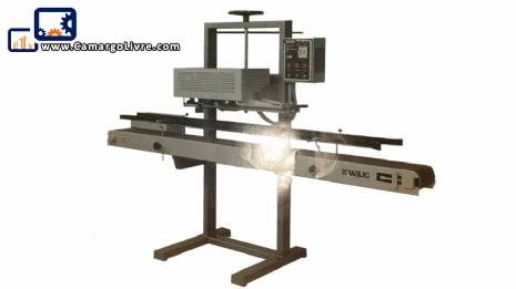 Welding machine for plastic bags with motorized treadmill