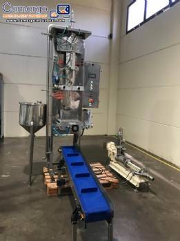 Filling machine of liquids for flexible packaging